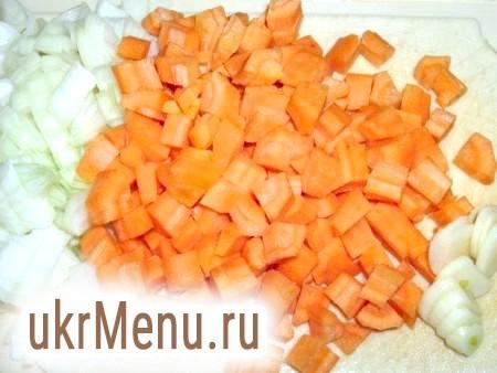 Фото - Моркву і цибулю очистити і теж нарізати невеликим кубиком.