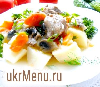 Картопля тушкована з свининою та грибами