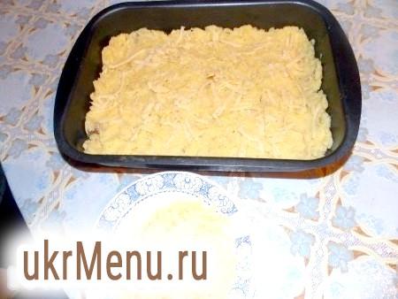 Фото - Картоплю почистити і зварити. Потім з картоплі приготувати пюре з додаванням солі, яєць і сухого кропу. Цибулю і гриби порізати, обсмажити, потім додати сметану і кілька хвилин потушіть.Начінаем формувати нашу запіканку. На дно дека, змащеного олією, розмістити половину картопляного пюре. При бажанні можна злегка присипати сиром, натертим на тертці.