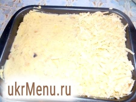 Фото - Присипати картопляну запіканку з грибами натертим сиром.