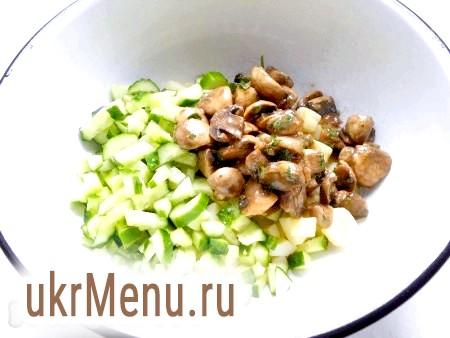 Фото - Додати мариновані грибочки (порізати на 2-4 частини).