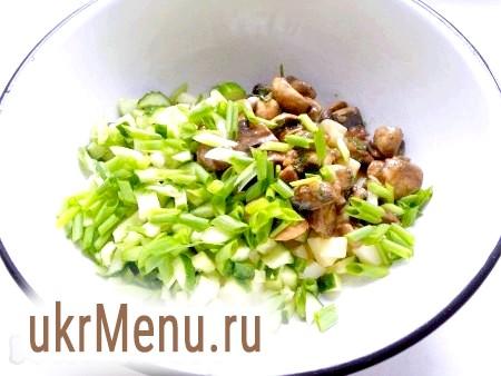 Фото - Цибуля зелена подрібнити і додати до решти інгредієнтів.