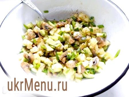 Фото - Картопляний салат з грибами посолити, поперчити, влити олію, додати гірчицю, добре перемішати.