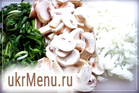 Фото - Нарізати гриби, цибуля порей і цибулю довільно.