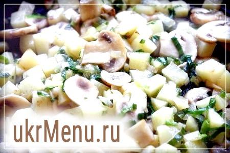 Фото - Печериці підсушити на сухій сковороді, додати масло, цибулю, цибулю порей і картоплю. Обсмажити все до рум'яної скоринки на великому вогні.