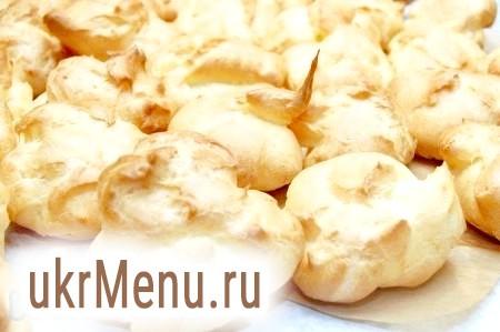 Фото - На дно горщика налити рідину, в якій варилася картопля, з кількома часточками картоплі.