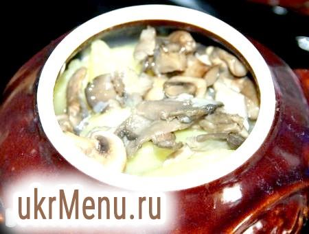 Фото - На картоплю викладаємо половину грибів і шар сметани.