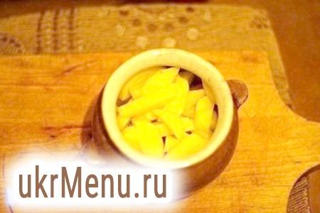 Фото - Викласти картоплю в горщик.