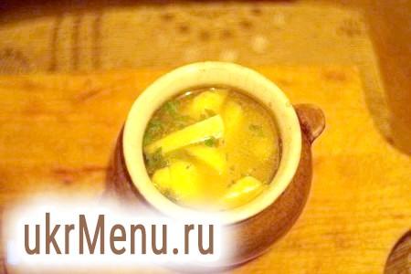Фото - Додати в горщик бульйон, лавровий лист, сіль, перець і петрушку.
