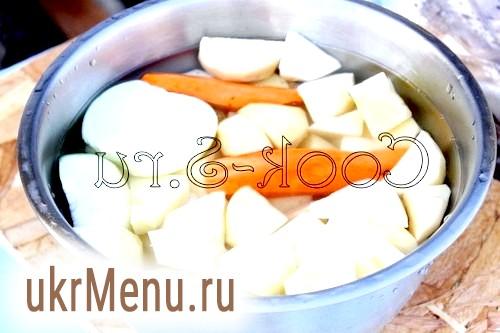 Картопля з салом в казані на багатті