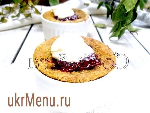 Фото - Форми для випічки змастити маслом. Заповнити форми тестом на половину. На тісто викласти вишню.