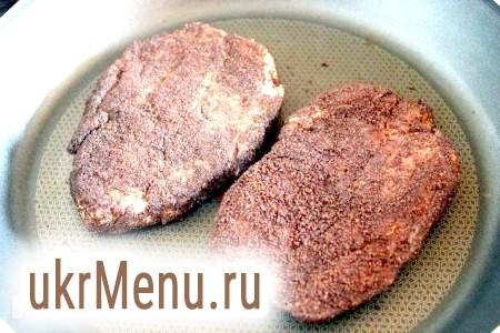 Фото - Обсмажте стейки зі свинини на розпеченій сковороді по 2-3 рази протягом хвилини з кожного боку і потім смажте до готовності на середньому вогні, періодично перевертаючи.