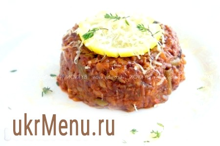 Червоний рис, тушкований з овочами і томатною пастою