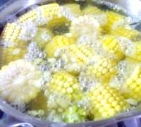 Фото - Крок №1 - Початки кукурудзи очистити. Нарізати шайбами, товщиною 2-2,5 см. Помістити в каструлю, залити холодною водою і варити на мінімальному вогні, поки вода не википить на половину, приблизно 1,5 часа.После чого кукурудзу вибрати, трохи остудити і приємного Вам апетиту! А кукурудзяний відвар не виливати, а процідити його.