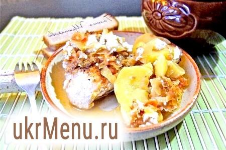 Курка з картоплею і квашеною капустою в горщиках