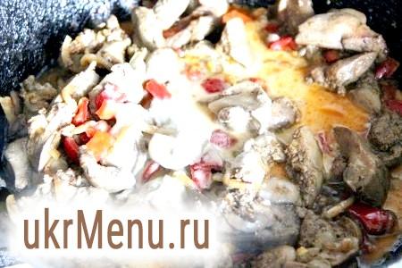 Фото - Окремо змішуємо крохмаль, соєвий соус і воду. Перемішуємо і вливаємо в сковороду. Швидко й інтенсивно заважаючи нашу масу, тримаємо на вогні до загусання.