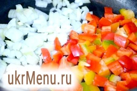 Фото - В іншій сковороді обсмажити протягом 5 хвилин дрібно порізані цибулю і перець.