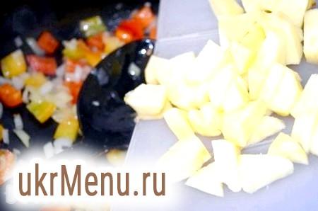 Фото - Яблука порізати кубиками, додати до цибулі і перцю, згасити ще 3-4 хвилини.