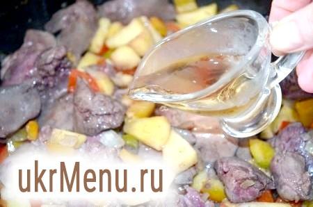 Фото - Додати до овочів курячу печінку, влити біле вино, перемішати, накрити кришкою і тушкувати 15 хвилин. Наприкінці посолити і поперчити.
