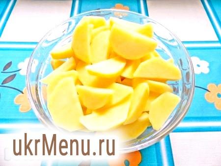 Фото - Картоплю очистити і нарізати великими шматочками.