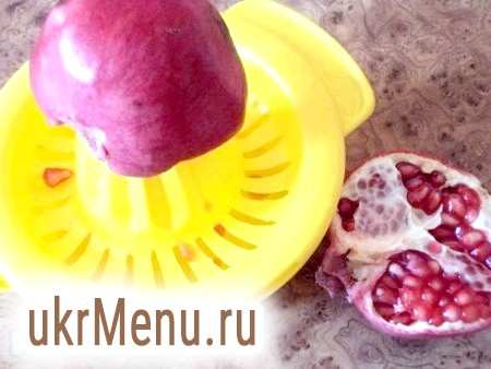 Фото - Обсмажити печінку швидко в рослинній олії з двох боків до золотистої скоринки. Потім перекласти у форму для запеканія.Репчатий цибулю нарізати кільцями і обсмажити на олії. Перець очистити від насіння і дрібно нарізати, викласти до цибулі. Видавити сік граната і вилити його до цибулі і перцю, дати хвилини 2 згасити, потім зняти з плити.