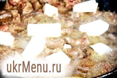Фото - У курячу печінку додати 75 грам води і тушкувати під кришкою до готовності. Додати плавлення сирки, дати їм розплавитися.
