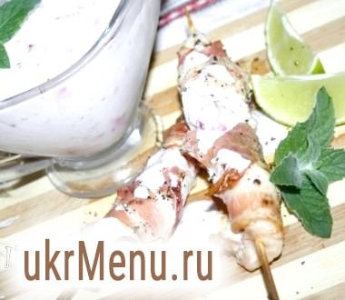Курячі шпажки з м'ятно-вишневим соусом на основі йогурту