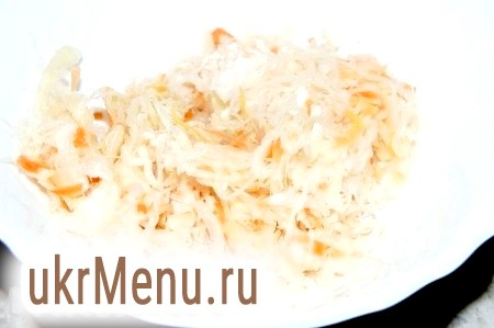 Фото - Опустити в бульйон помідори з цибулею, додавши сіль і перець. Відміряти крохмаль.