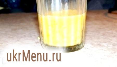 Фото - Розбити яйця в окрему склянку.
