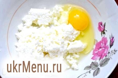 Фото - Сир перемішати з сіллю і яйцем.