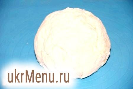 Фото - Тісто для вареників повинно вийти м'яким і еластичним. Я використовую домашній сир, борошна додаю, поки маса не стане зручною для роботи.