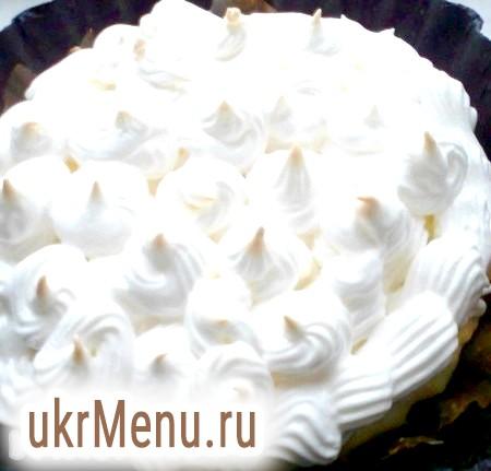 Фото - З'єднуємо пиріг: виливаємо курд на тісто, зверху прикрашаємо меренгами довільної форми. Якщо немає кондитерського мішка, використовуйте пакет з відрізаним краєм, або просто викладіть зверху ложкою