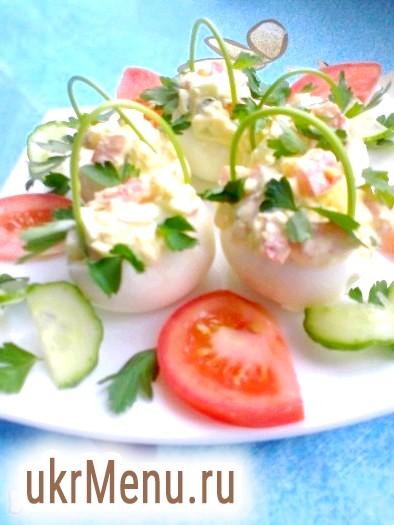 Лукошки з яєць з начинкою з овочевого салату