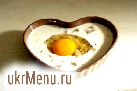 Фото - Зверху акуратно розбити яйце, не пошкодивши жовток.