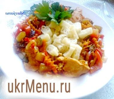Макарони з рагу з овочів і курячої грудки