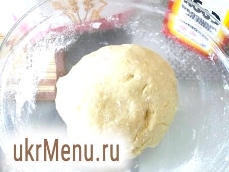 Фото - Поступово додаючи в отриману сирну масу соду, змішану з борошном, замісити м'яке і слухняне тісто.