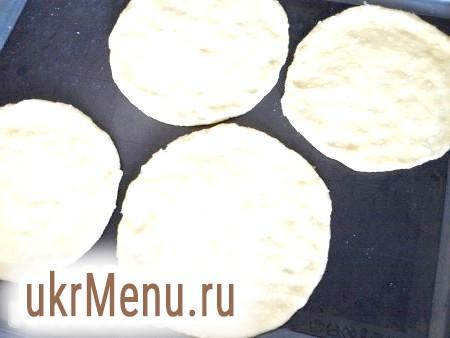 Фото - Розділити тісто на 4 частини, скачати кульки і кожну частину розкачати руками в коржик. Тісто можна викласти прямо на деко, змастивши його рослинним маслом, або на силіконовий килимок, тоді змащувати не потрібно.