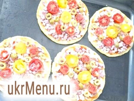 Фото - Змастити кожну корж томатним соусом. Нарізати ковбасу, помідори і оливки. Викласти начинку зверху соусу.