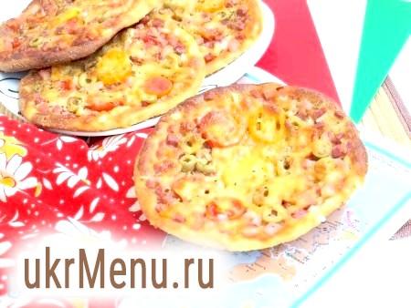 Фото - Випікати міні-піци з сирного тесту хвилин 10-15 в розігрітій духовці при 200 градусах. Наші смачні міні-піци готові!
