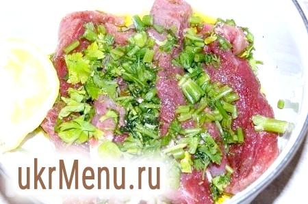 Фото - Скласти шматки м'яса в миску, додати нарізану зелень, оливкова олія. Перемішати.