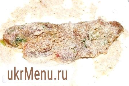 Фото - Приступаючи до смаження м'яса, насипати в тарілку панірувальні сухарі і в них обваляти м'ясо з усіх боків.