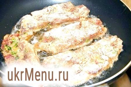 Фото - Готові шматки м'яса обсмажити на суміші оливкової (або іншої рослинної) і вершкового масел з двох боків до ступеня потрібної рум'яності, але не більше 3-5 хвилин з кожного боку.