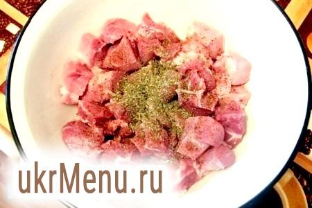 Фото - М'ясо потрібно нарізати на шматочки, посипати запашним перцем, сумахом і базиліком і залишити на пів години приблизно, за цей час приготувати тісто і овочі.