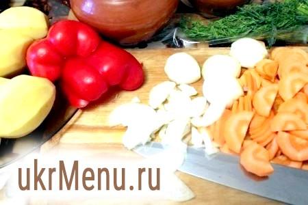 Фото - Картопля, морква, перець болгарський і цибулю очистити. Картоплю порізати кубиками, моркву половинками кружечка, цибулю нашаткувати, перець соломкою. Кріп порубати.