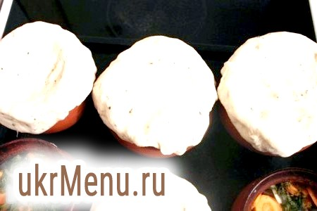 Фото - Потім кришки з горщиків зняти і замінити їх на хлібне тісто, оптравіть горщики в духовку ще на 20-30 хвилин.