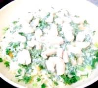 Фото - Крок №4 - Приготувати дві сковорідки однакового размера.Одну сковороду нагріти і вилити на неї половину підготовленого тіста. Посоліть.Как тільки на поверхні млинця з'являться бульбашки, вогонь зменшити і викласти капусту. Зверху викласти кульки Агедама (тенкасу), дрібно нарубану зелень, м'ясо і вилити тісто.