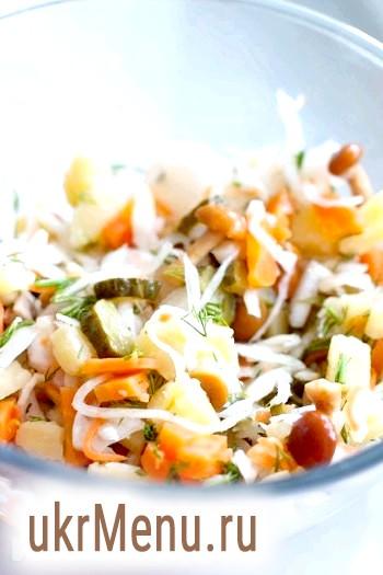Фото - Відваріть картоплю і моркву. Всі овочі дрібно поріжте і покладіть в глибокий салатник. Додайте квашену капусту і гриби (особливо великі розріжте навпіл), порізану зелень.