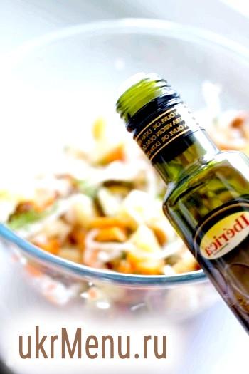 Фото - Салат посоліть, додайте дрібку цукру, сік лимона і заправте оливковою олією.