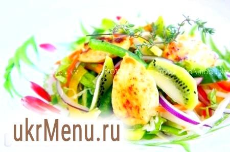 Овочевий салат з оливковою олією. Весняний овочевий мікс з курячою грудкою
