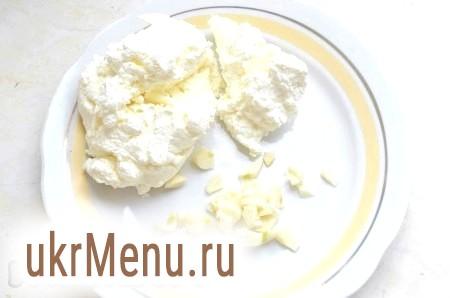 Фото - Додати до овочів сир і часник. Подрібнити блендером до однорідного стану.